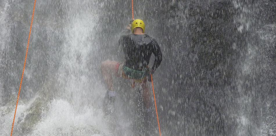 homem descendo cachoeira através de rapel