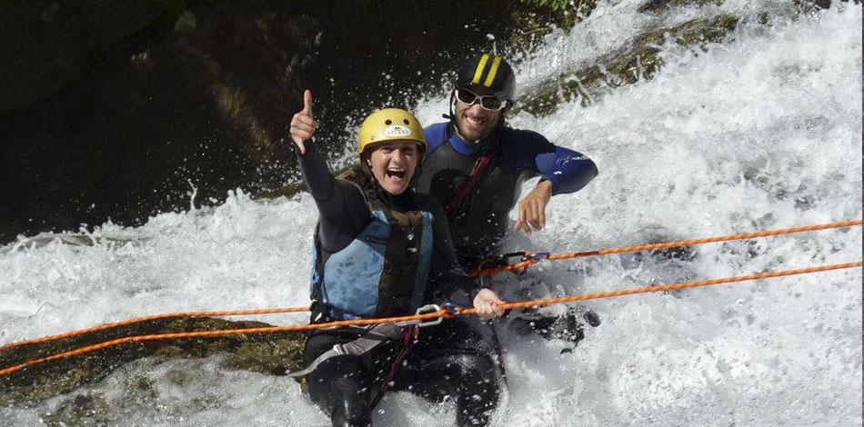 instrutor e praticante em rapel de cachoeira