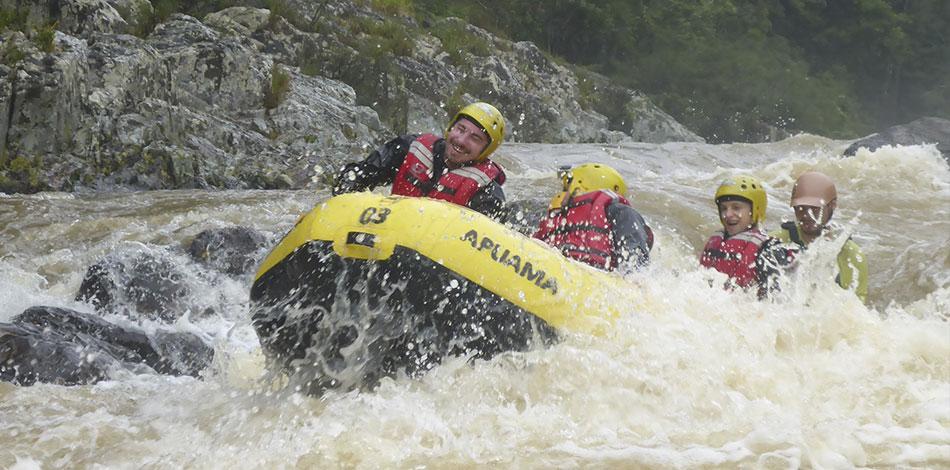 pessoas praticando rafting no rio opção de circuito de aventura