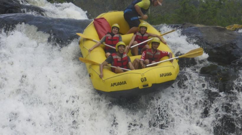pessoal praticando rafting
